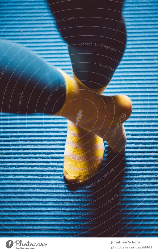Blau-gelbe Gymnastik VI Stil Gesundheit ruhig Sport Yoga Frau Erwachsene Beine Fuß Strümpfe Bewegung Fitness stehen sportlich einzigartig blau achtsam Pause