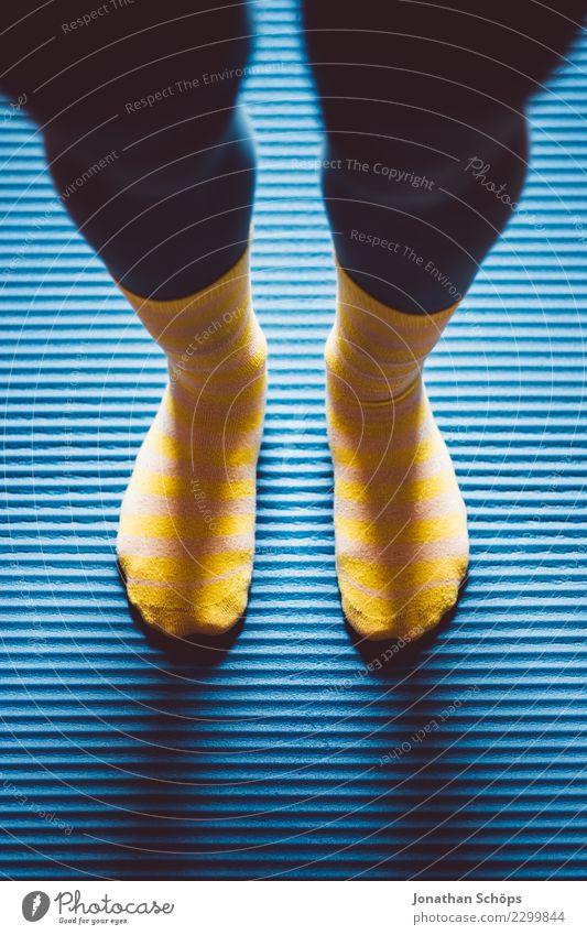 Blau-gelbe Gymnastik IV Stil Gesundheit ruhig Sport Yoga Frau Erwachsene Beine Fuß Strümpfe Bewegung Fitness stehen sportlich einzigartig blau achtsam Pause