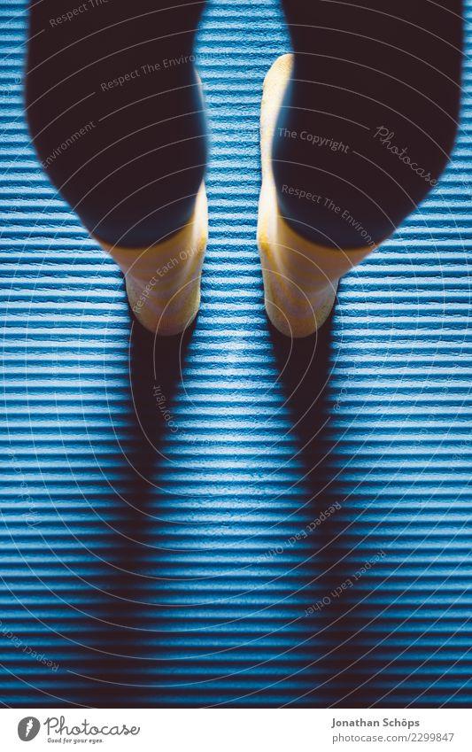 Blau-gelbe Gymnastik II Stil Gesundheit ruhig Sport Yoga Frau Erwachsene Beine Fuß Strümpfe Bewegung Fitness stehen sportlich einzigartig blau achtsam Pause