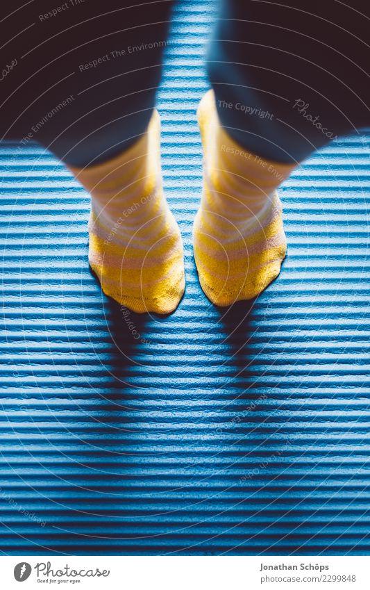 Blau-gelbe Gymnastik I Stil Gesundheit ruhig Sport Yoga Frau Erwachsene Beine Fuß Strümpfe Bewegung Fitness stehen sportlich einzigartig blau achtsam Pause