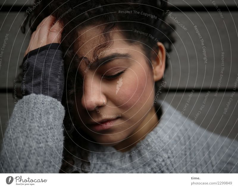 Nikolija feminin Frau Erwachsene 1 Mensch Mauer Wand Pullover Erholung festhalten träumen Traurigkeit dunkel schön Gefühle Müdigkeit Unlust Schmerz Erschöpfung