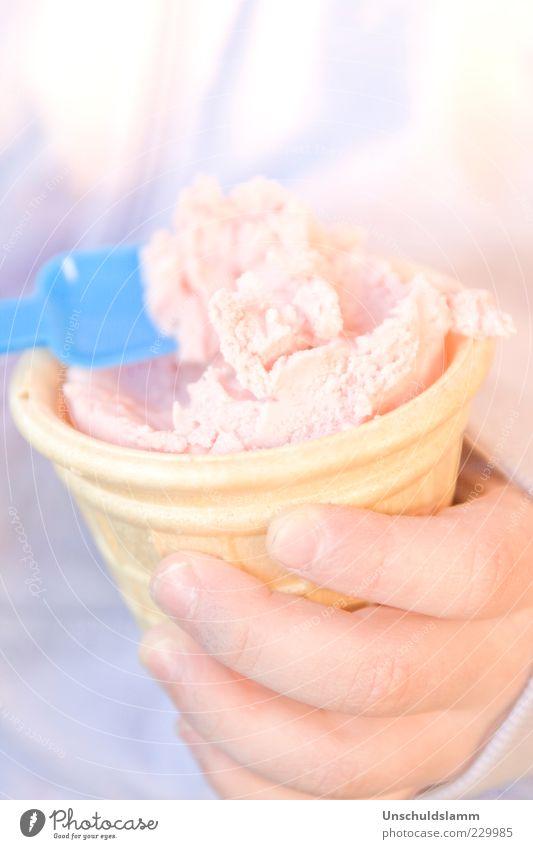 Himmlische Mahlzeit blau Hand Sommer Freude kalt Lebensmittel Frühling Glück Essen Stimmung Eis Kindheit rosa Finger Speiseeis süß
