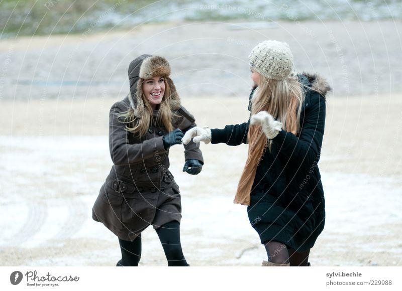 Catch me if you can! Mensch Jugendliche schön Freude Winter feminin Leben Gefühle Haare & Frisuren Bewegung Glück lachen Freundschaft Zusammensein laufen rennen