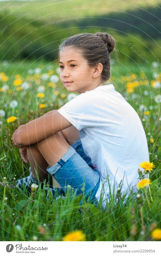 Sommerwiese Kind Mädchen Kindheit 1 Mensch 8-13 Jahre Natur Blume Gras Löwenzahn Wiese Blumenwiese T-Shirt Jeanshose beobachten Denken Lächeln träumen