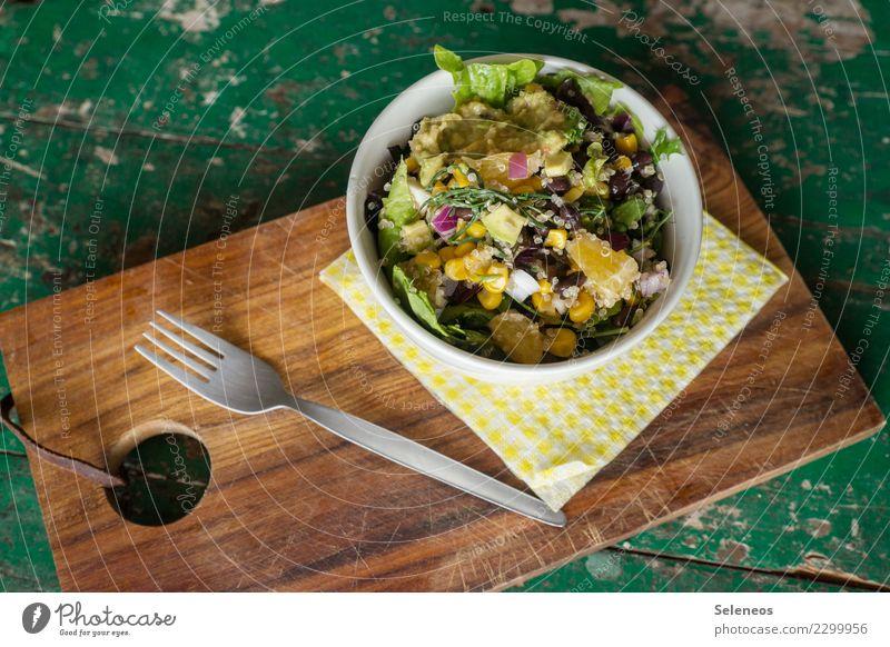 bunter Salat Lebensmittel Gemüse Salatbeilage Frucht Orange Mais Bohnen Salatblatt Couscous Zwiebel Ernährung Essen Mittagessen Abendessen Bioprodukte