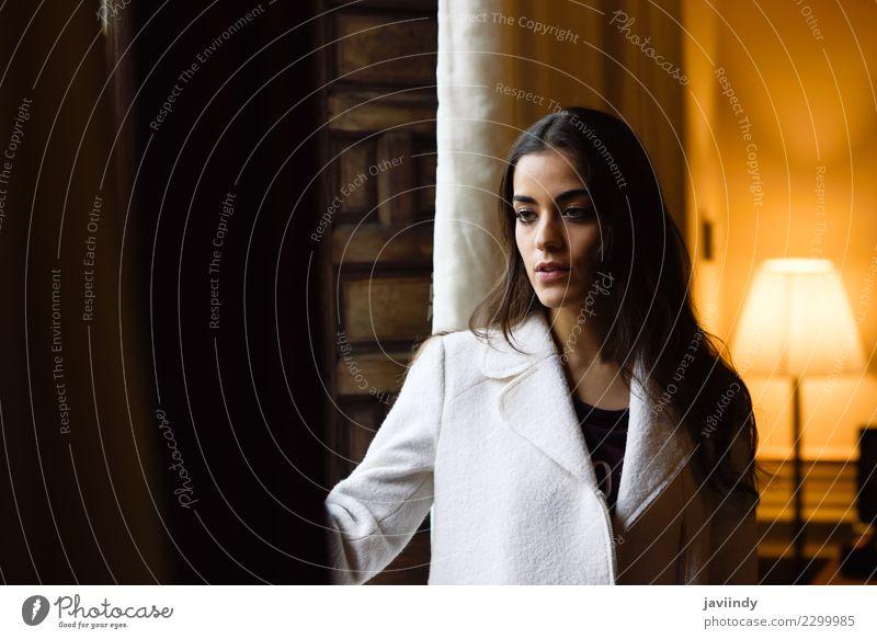 Schöne junge Frau, die nahe einem Fenster in ihrem Schlafzimmer aufwirft Stil schön Gesicht Mensch feminin Junge Frau Jugendliche Erwachsene 1 18-30 Jahre Mode