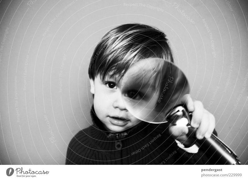 Lupe mit Zwerg Mensch Kind Junge grau Kopf Beginn Abenteuer Perspektive beobachten festhalten Neugier Kleinkind Idee Begeisterung Schwarzweißfoto Linse