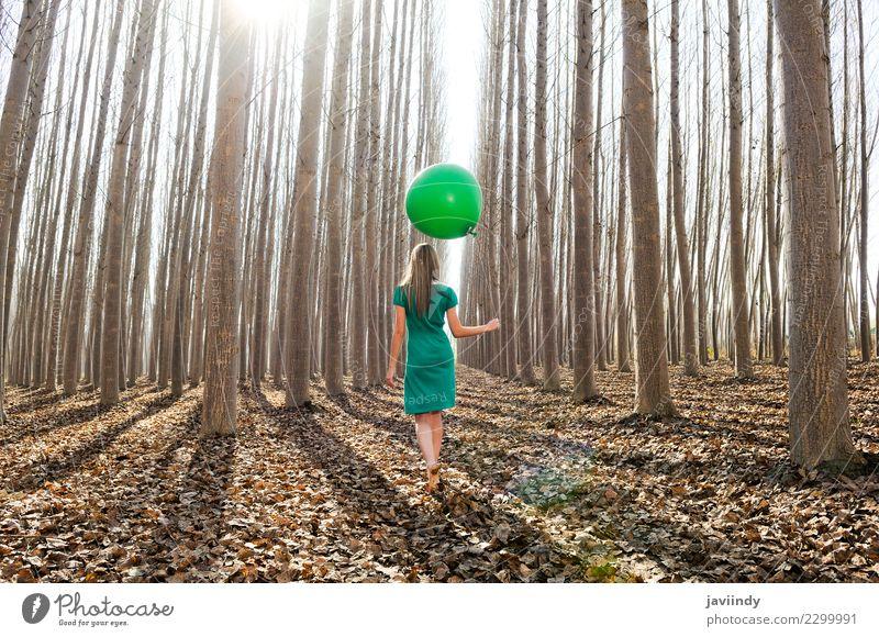 Junge Frau im Pappelwald mit grünem Kleid und Ballon Lifestyle Freude schön Erholung Mensch Jugendliche Erwachsene 1 18-30 Jahre Natur Herbst Baum Blatt Park