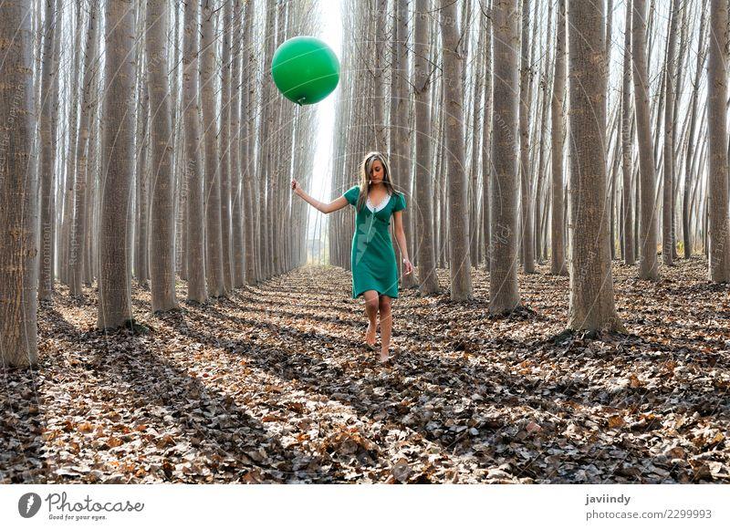Junge Frau im Pappelwald mit grünem Kleid und Ballon Lifestyle Freude schön Erholung Mensch feminin Jugendliche Erwachsene 1 18-30 Jahre Natur Herbst Baum Blatt
