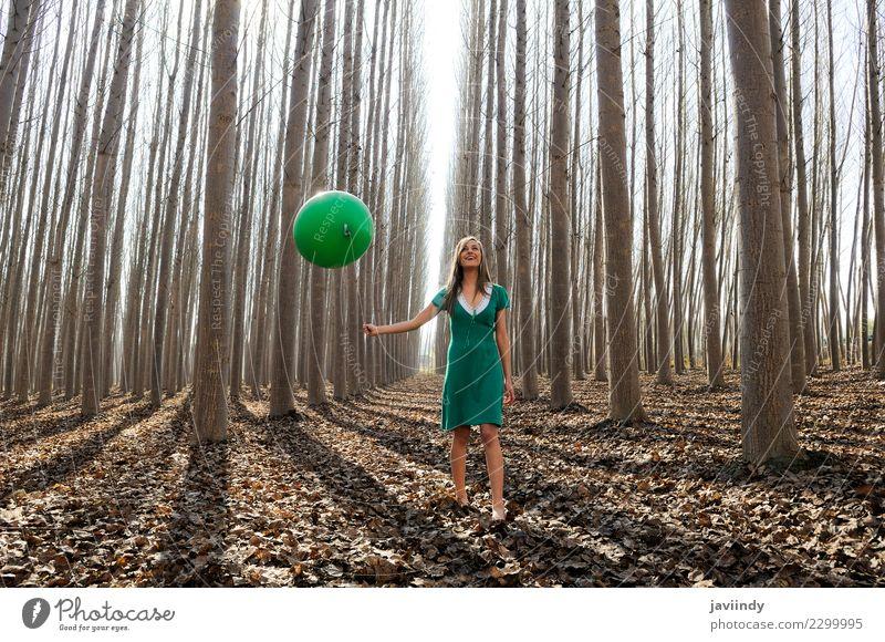 Junge Frau im Pappelwald mit grünem Kleid und Ballon Lifestyle Freude schön Mensch Jugendliche Erwachsene 1 18-30 Jahre Natur Herbst Baum Blatt Park Wald blond