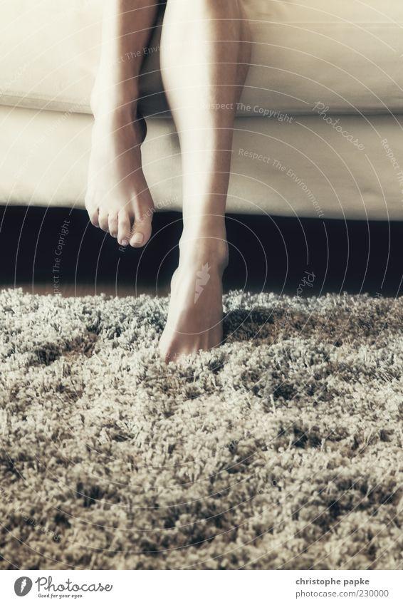 Cocooning Sofa Raum Wohnzimmer feminin Haut Beine Fuß 1 Mensch 18-30 Jahre Jugendliche Erwachsene Erholung kuschlig gemütlich Teppich Flokati Gedeckte Farben