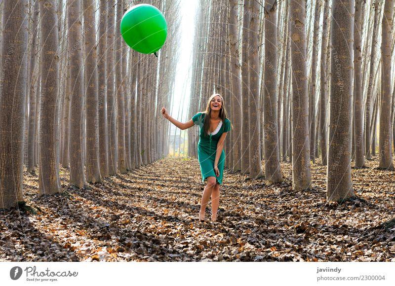 Blondes Mädchen mit grünem Ballon und Kleid im Wald Lifestyle Freude schön Erholung Mensch Junge Frau Jugendliche Erwachsene 1 18-30 Jahre Natur Herbst Baum
