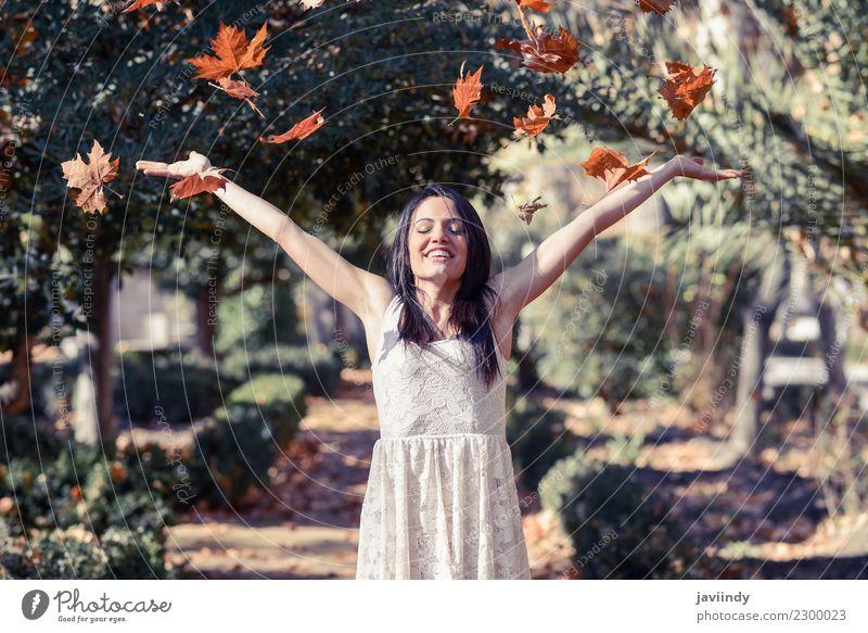 Schönes Mädchen mit fallenden Blättern im Herbst Lifestyle Freude Glück schön Erholung Freizeit & Hobby Winter Mensch feminin Junge Frau Jugendliche Erwachsene