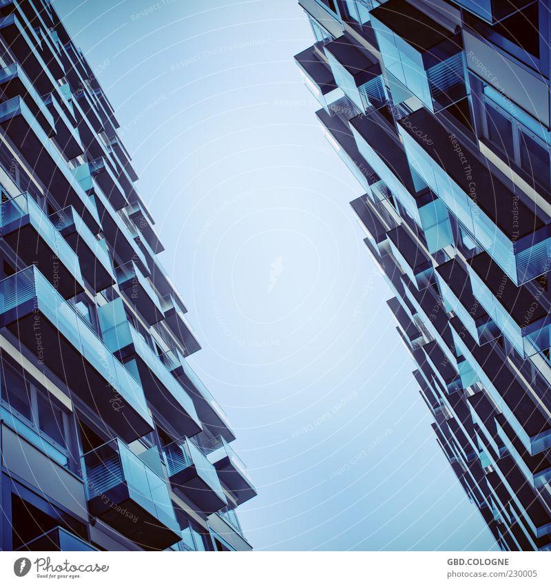 Balkonien für Betonliebhaber Stadt Menschenleer Haus Hochhaus Bauwerk Gebäude Architektur Fenster Glas Metall außergewöhnlich bedrohlich eckig groß modern blau