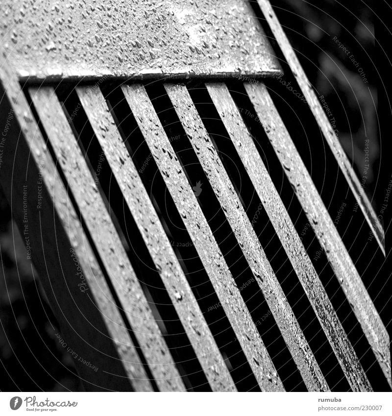 Landregen Stuhl Natur Wassertropfen Sommer Wetter schlechtes Wetter Regen Holz nass Erholung Stuhllehne Gartenstuhl Nieselregen Schwarzweißfoto Außenaufnahme