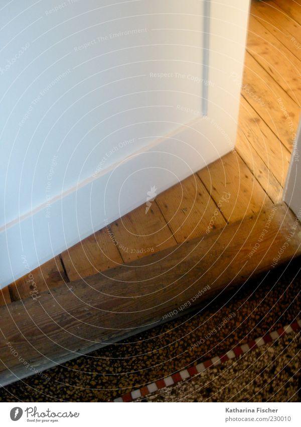 Herzlich Willkommen Wohnung Raum Stein Holz braun rot schwarz weiß Holzfußboden Holzbrett Steinboden Mosaik Lichtschein einladend Warmes Licht Häusliches Leben