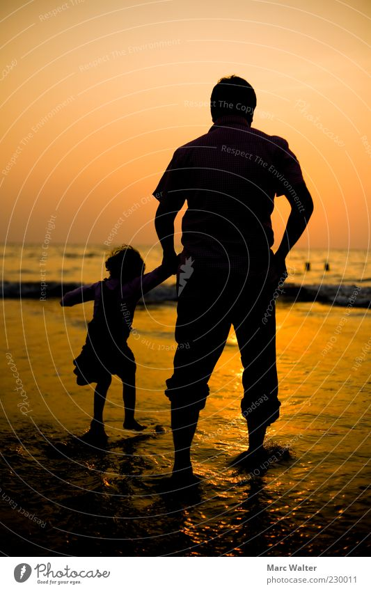 Fernweh. Kind Mädchen Vater Erwachsene Leben 2 Mensch 3-8 Jahre Kindheit 45-60 Jahre Sonnenaufgang Sonnenuntergang Schönes Wetter Wellen Küste Strand Meer
