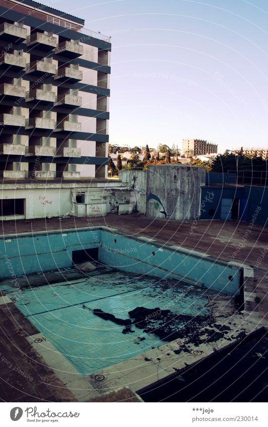 poolparty. Gebäude kaputt Portugal Lagos Urlaubsort Schwimmbad Freibad verfallen Verfall Hotel Hotelpool Ruine Hochhaus Plattenbau Balkon Beton Betonklotz trist
