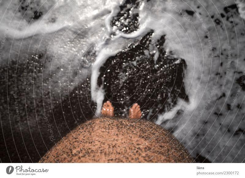 Obligatorisch Zufriedenheit Ferien & Urlaub & Reisen Tourismus Ausflug Strand Meer Mensch maskulin Mann Erwachsene Leben Bauch Fuß 1 Sand Wasser Küste Behaarung