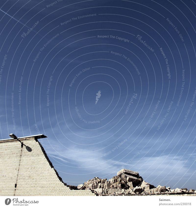 Die Welt ist im Wandel Mauer Fassade alt Verfall Vergänglichkeit verlieren Wandel & Veränderung Zerstörung Himmel Laterne Stein Bauwerk Demontage Abrissgebäude
