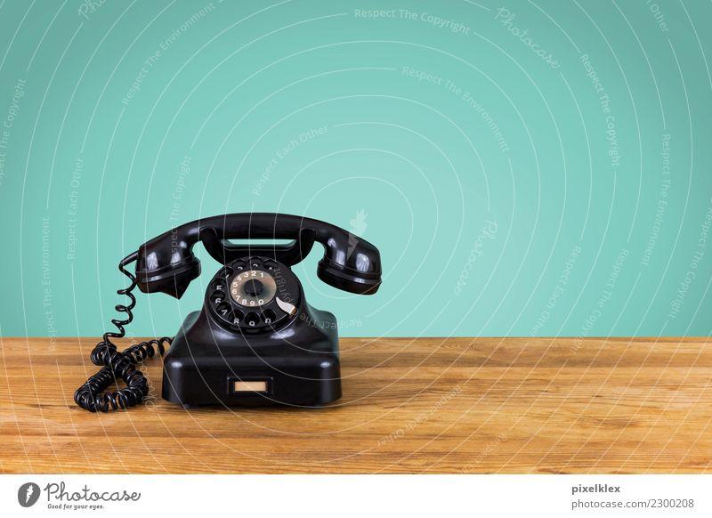 Retrophone alt Einsamkeit ruhig Ferne schwarz Holz Häusliches Leben retro Kommunizieren Technik & Technologie Telekommunikation Tisch warten einzigartig