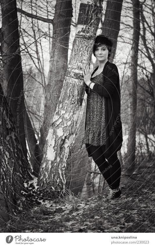 VI Frau Mensch Natur Jugendliche Baum ruhig Erwachsene Wald feminin Mode stehen Bekleidung Körperhaltung Kleid 18-30 Jahre berühren