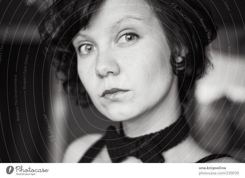 400 Frau Mensch Jugendliche Erwachsene Gesicht feminin Denken träumen Mode 18-30 Jahre Locken brünett Junge Frau skeptisch schwarzhaarig Accessoire