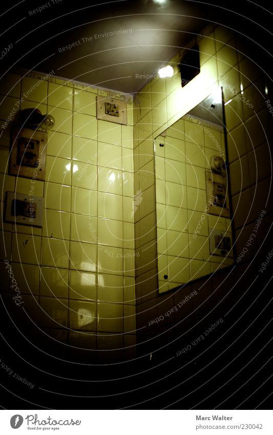 Erleuchtung. Mauer Wand alt dreckig dunkel Ekel gruselig hässlich einzigartig kalt kaputt gelb grün bizarr bedrohlich geheimnisvoll Einsamkeit Gefängniszelle