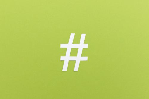 Hashtag aus Papier Internet Zeichen Raute Kommunizieren sprechen schreiben einfach modern grün Kraft Macht Netzwerk Medien online Schlagwort Thema Meta