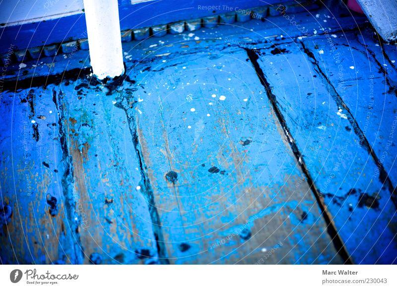 Blau. Holz Stahl alt authentisch dreckig kalt natürlich Originalität verrückt blau ästhetisch einzigartig Farbe Schiffsplanken Boden Bodenbelag Holzfußboden