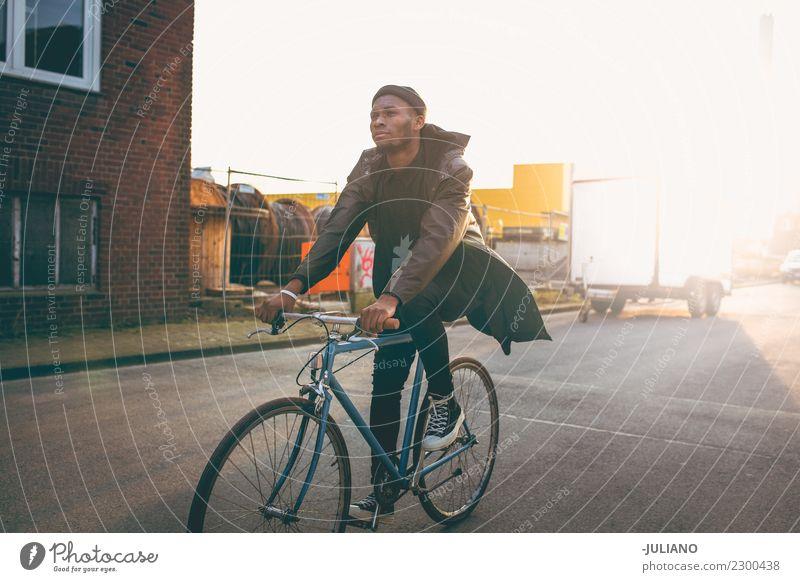 Junges modernes Hipster-Fahrrad durch die Stadt bei Sonnenuntergang. Stadtleben Großstadt Lifestyle Freiheit Abenddämmerung Turnschuh Verkehr Schickimicki