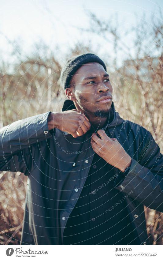 Junger Mann reißt Jacke, weil es kalt ist Lifestyle Winter Mensch Jugendliche 18-30 Jahre Erwachsene Herbst schlechtes Wetter Wind Sturm Hut atmen rennen Denken