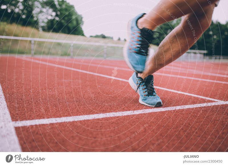 Abschluss oben der laufenden Schuhe an der Laufbahn Trinkwasser Lifestyle Freude Körper Gesundheit Gesunde Ernährung Gesundheitswesen sportlich muskulös Fitness