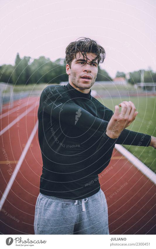 Junger Sportmann, der an der Laufbahn ausdehnt Trinkwasser Lifestyle Freude Körper Gesundheit Gesunde Ernährung Gesundheitswesen sportlich muskulös Fitness