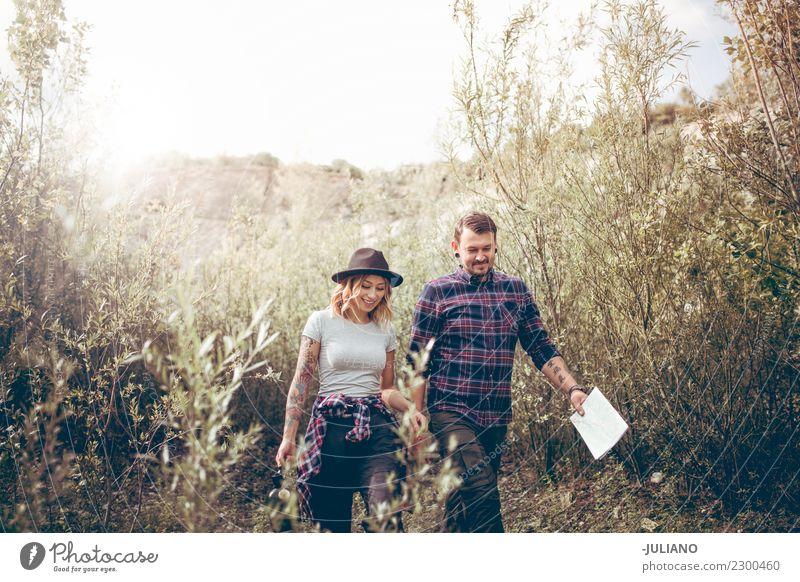Junge kampierende Paare, die eine Reise in der Natur machen
