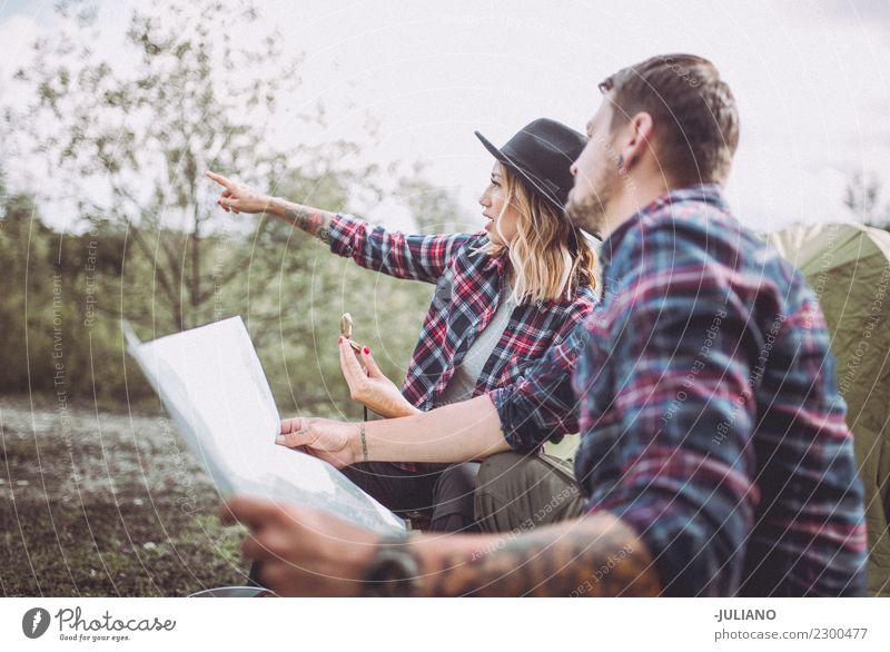 Junges Camping-Paar, das die Natur erkundet. Lifestyle Ferien & Urlaub & Reisen Ausflug Abenteuer Ferne Freiheit Berge u. Gebirge wandern Mensch Partner