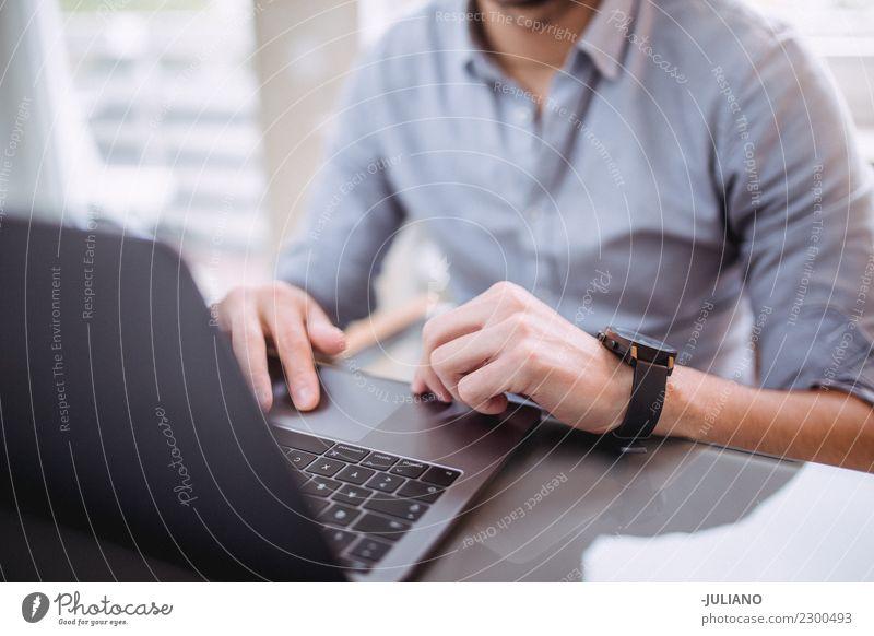 Junger Mann 18-30 Jahre Business Arbeit & Erwerbstätigkeit Büro modern Kommunizieren Erfolg kaufen beobachten Coolness Geld heimwärts Notebook Optimismus