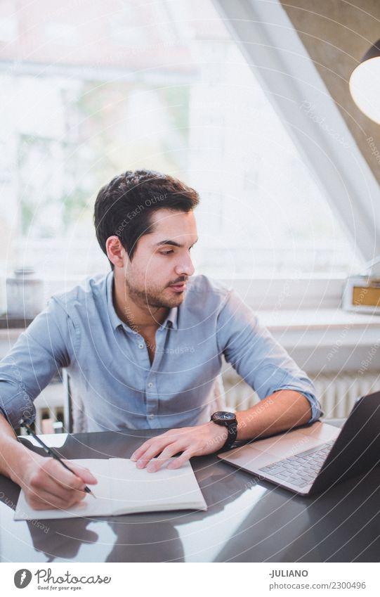 Junger Mann 18-30 Jahre Business Arbeit & Erwerbstätigkeit Büro modern Kommunizieren Erfolg kaufen beobachten Coolness Geld Student Schüler heimwärts Notebook