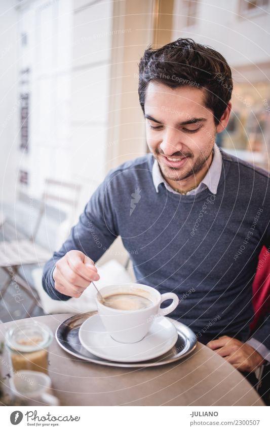 Junger Mann, der köstlichen Schalenkaffee isst Frühstück Kaffeetrinken Heißgetränk Lifestyle kaufen Freizeit & Hobby Tourismus Mensch maskulin Jugendliche
