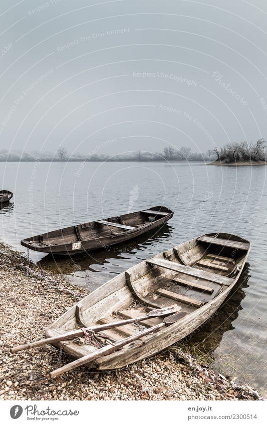 Wartezeit Natur Landschaft Himmel Horizont Winter Nebel Seeufer Ruderboot alt kalt grau Traurigkeit Trauer Tod Liebeskummer Einsamkeit stagnierend Verfall