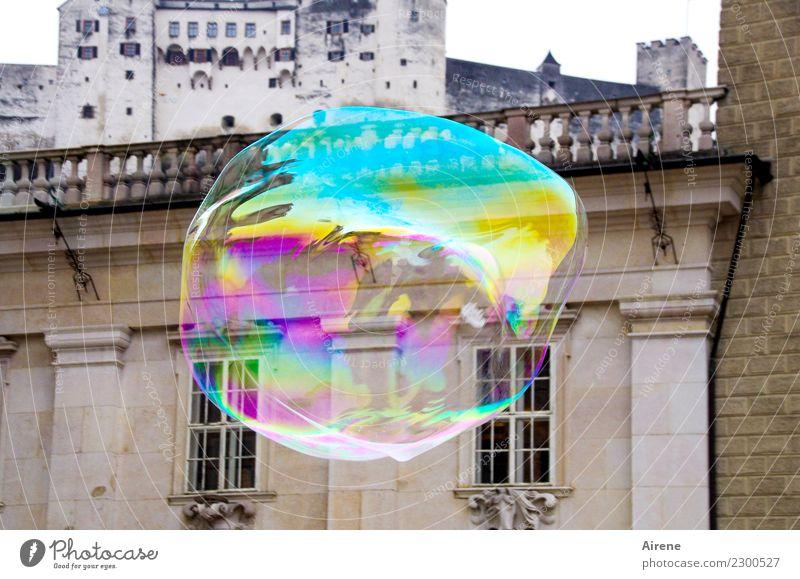 schwungvoll   über die Dächer Sightseeing Städtereise Salzburg Palast Burg oder Schloss Renaissance Fassade Sehenswürdigkeit Seifenblase Kugel fliegen glänzend