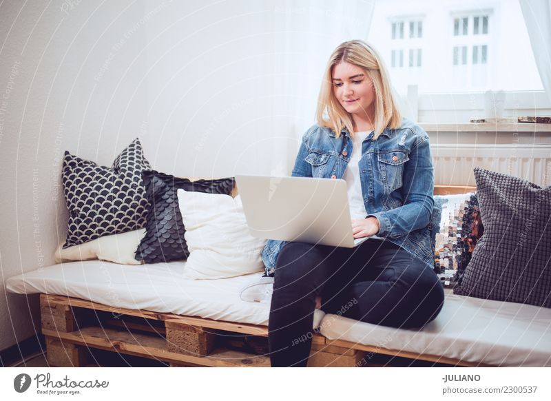 Frau Mensch Jugendliche Freude 18-30 Jahre Erwachsene Lifestyle Innenarchitektur feminin Glück Häusliches Leben Wohnung Raum blond Kommunizieren authentisch