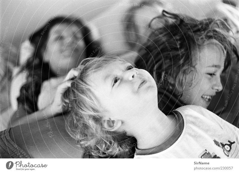 158 [raufen! toben!] Mensch Kind Freude Erwachsene Leben lachen Spielen Junge Haare & Frisuren lustig Glück Familie & Verwandtschaft liegen Zusammensein Kindheit Lächeln
