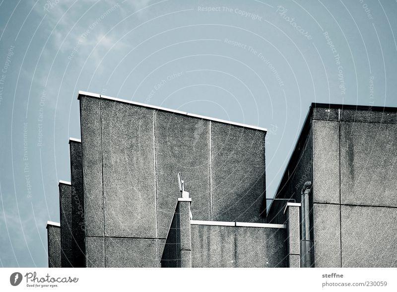 Beton Haus Mauer Wand Fassade trist Farbfoto Gedeckte Farben Außenaufnahme Strukturen & Formen Textfreiraum oben eckig Wolkenhimmel Menschenleer Architektur