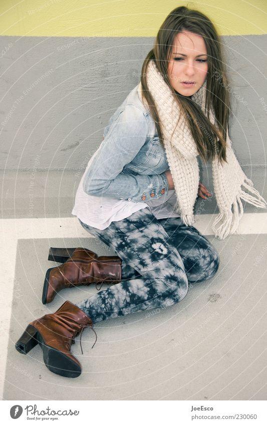 wann kommt der frühling?! Stil Frau Erwachsene Leben 18-30 Jahre Jugendliche Mauer Wand Mode Jacke Schal Stiefel brünett langhaarig träumen warten Coolness