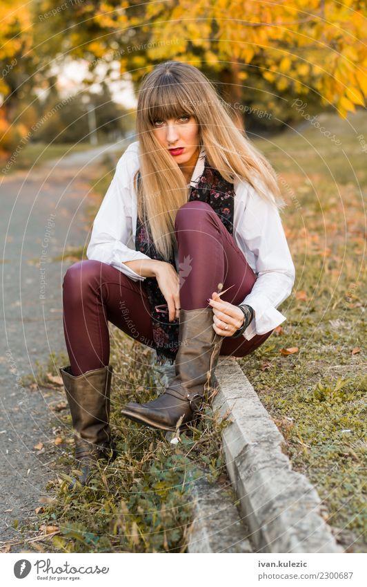 Schönes blondes Mädchen, das durch die Gasse stationiert Frau Mensch Natur Jugendliche schön weiß 18-30 Jahre Gesicht Erwachsene gelb Lifestyle Herbst