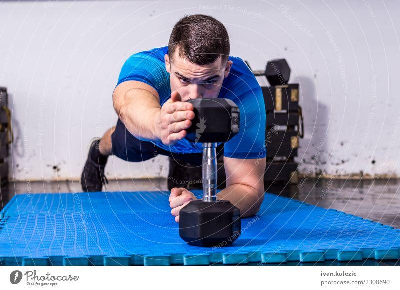 Geeigneter, muskulöser junger Mann, der Planke an der Turnhalle tut Mensch Hand Erwachsene Lifestyle Sport Arbeit & Erwerbstätigkeit Körper Kraft Fitness