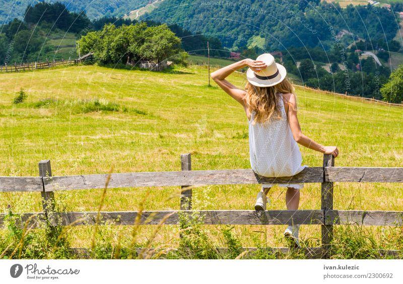 Blondes Mädchen genießt die Aussicht Frau Mensch Himmel Natur Ferien & Urlaub & Reisen Jugendliche Sommer schön Landschaft weiß Berge u. Gebirge 18-30 Jahre