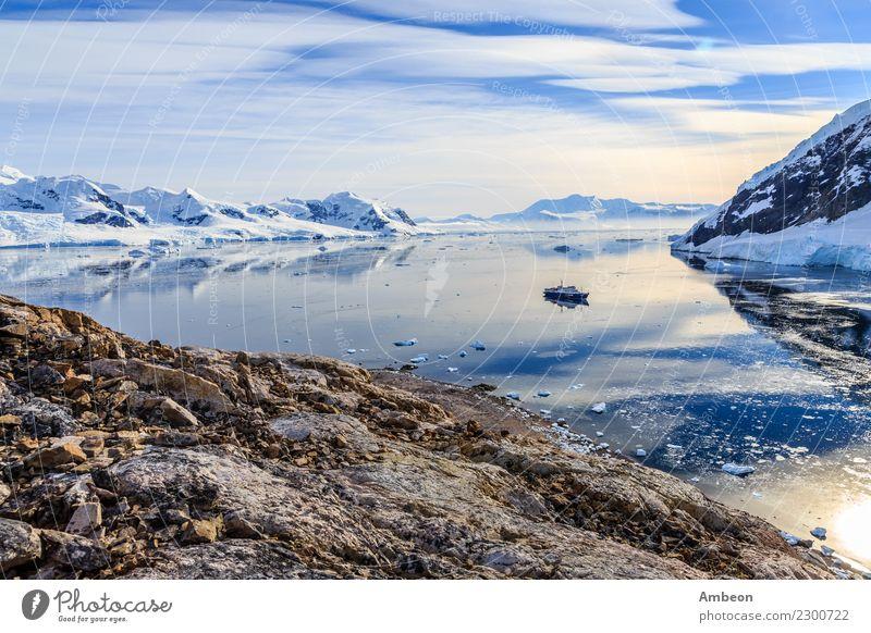 Blick von der felsigen Küste auf die von Gletschern umgebene Bucht von Neco Himmel Natur Ferien & Urlaub & Reisen schön Wasser Landschaft Sonne Meer Wolken