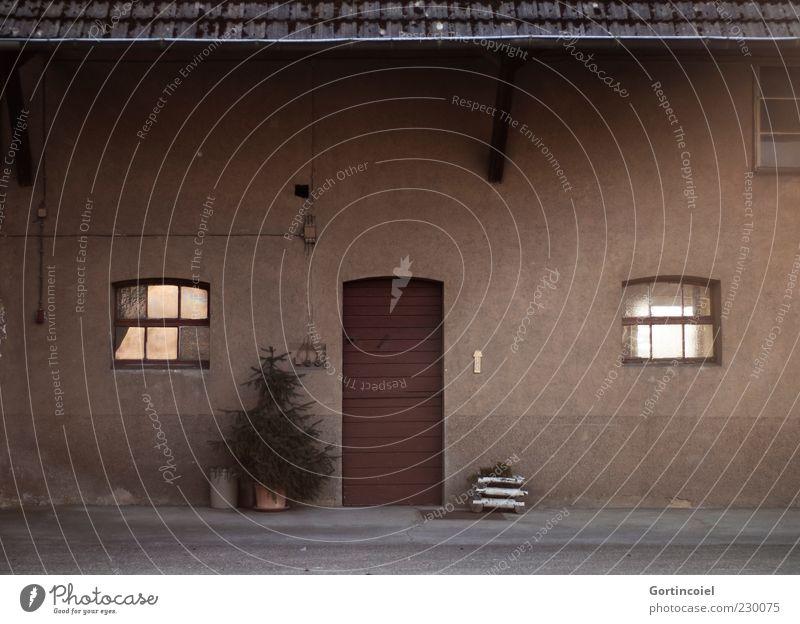 Hof Dorf Haus Gebäude Mauer Wand Fassade Fenster Tür braun Bauernhof Tanne Dach Farbfoto Gedeckte Farben Außenaufnahme Menschenleer Reflexion & Spiegelung